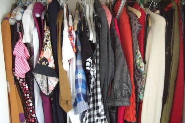 Могут ли клопы жить в одежде человека или дома в шкафу